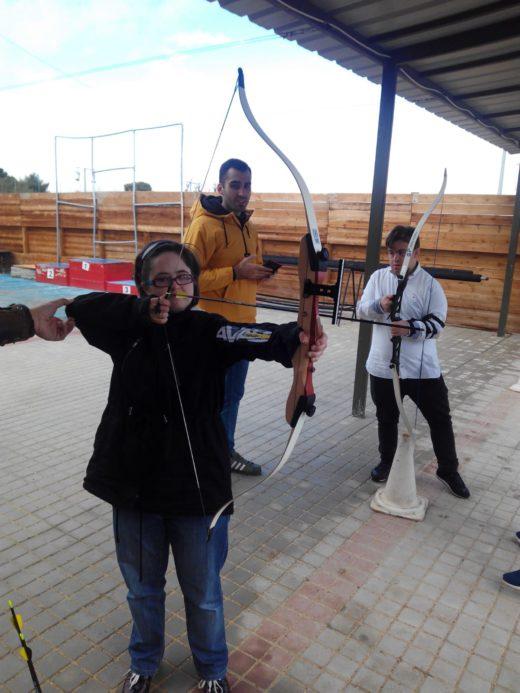 grupo de integrandes tirando con arco